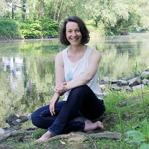 Katrin sitzt am Fluss