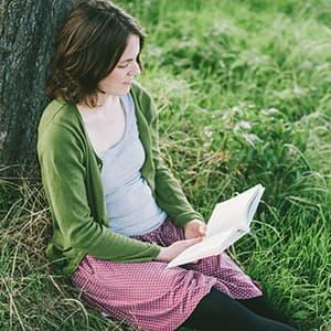 Sabrina Gundert liest ein Buch