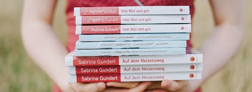 Sabrina hält ihre Bücher