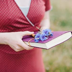Sabrina Gundert hält ein Notizbuch